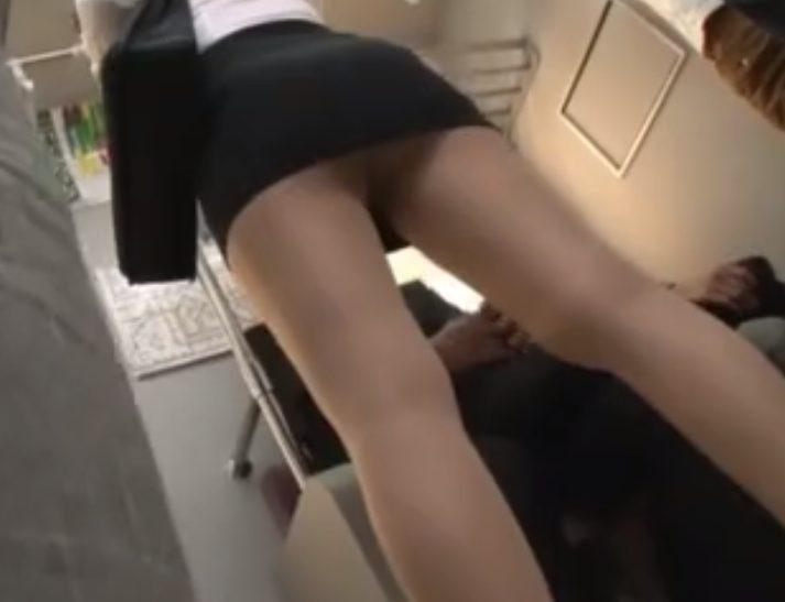 .jpg - むっちりミニスカ美熟女先生が電車で周りの人達に視姦されながら激しい種付けレイプをされる!