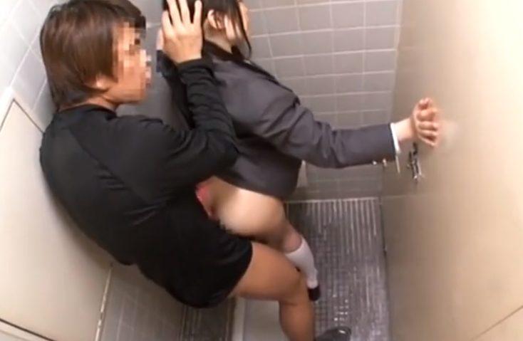 7850487496874896 - 【JKレイプ】オナニーJKちゃんがトイレでおマンコ弄ってたらおじさんが入って来てバックから突かれて気持ち良くなっちゃう♡